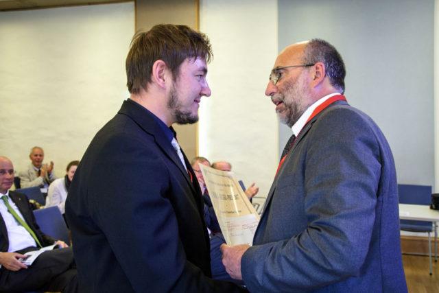 Dr. Jörg Pertschy (rechts), 1. Vorsitzender der Thüringischen Gesellschaft für Chirurgie gratuliert Dr. Christian Gütter zur Verleihung des Guleke Preises. Der Preis wurde anlässlich des Jahresgkongresses der Fachgesellschaft verliehen.